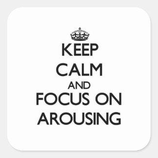 Guarde la calma y el foco en despertar calcomanía cuadrada