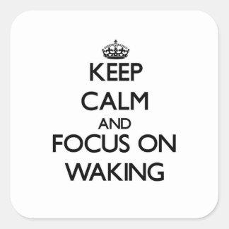 Guarde la calma y el foco en despertar calcomanía cuadradas personalizadas