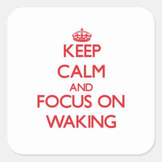 Guarde la calma y el foco en despertar calcomanías cuadradases