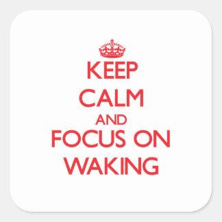 Guarde la calma y el foco en despertar pegatina cuadradas