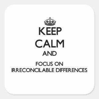 Guarde la calma y el foco en diferencias calcomanía cuadradas personalizadas