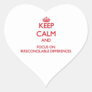 Guarde la calma y el foco en diferencias calcomanía de corazón