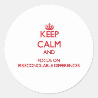 Guarde la calma y el foco en diferencias etiquetas redondas