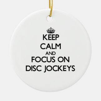 Guarde la calma y el foco en discs jockeyes adorno redondo de cerámica