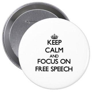 Guarde la calma y el foco en discurso libre pin redondo de 4 pulgadas