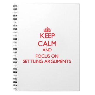 Guarde la calma y el foco en discusiones de establ libro de apuntes con espiral
