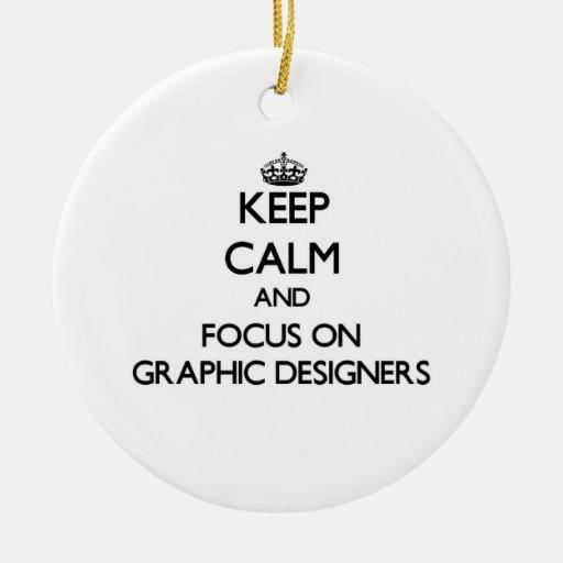 Guarde la calma y el foco en diseñadores gráficos adorno navideño redondo de cerámica