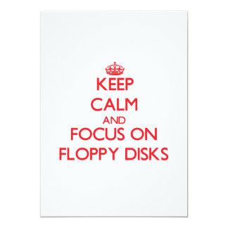 Guarde la calma y el foco en diskettes invitación 12,7 x 17,8 cm