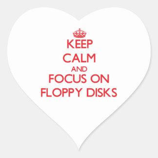 Guarde la calma y el foco en diskettes pegatina en forma de corazón