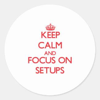 Guarde la calma y el foco en disposiciones pegatina redonda