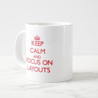 Guarde la calma y el foco en disposiciones taza grande