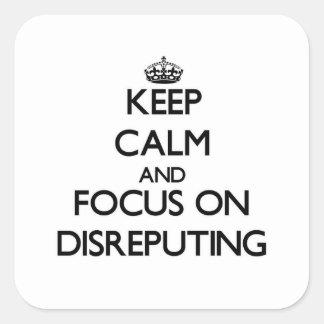 Guarde la calma y el foco en Disreputing Calcomanía Cuadradas