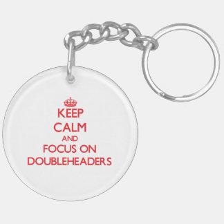 Guarde la calma y el foco en Doubleheaders Llaveros