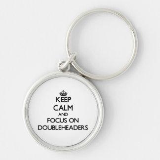 Guarde la calma y el foco en Doubleheaders Llaveros Personalizados