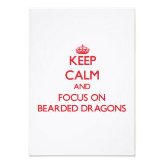 Guarde la calma y el foco en dragones barbudos invitación 12,7 x 17,8 cm