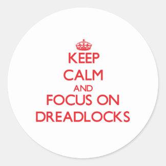 Guarde la calma y el foco en Dreadlocks Pegatinas Redondas