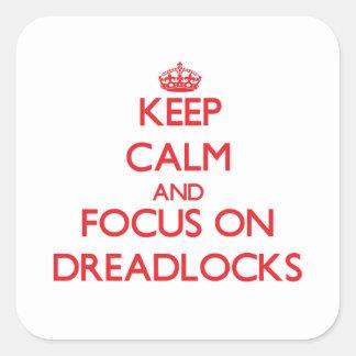 Guarde la calma y el foco en Dreadlocks Calcomanías Cuadradass