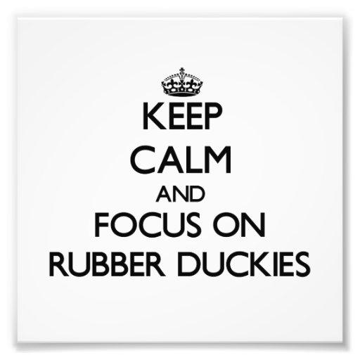 Guarde la calma y el foco en Duckies de goma Fotos