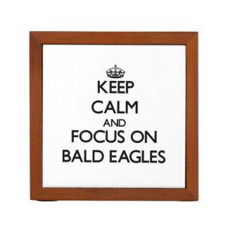 Guarde la calma y el foco en Eagles calvo Portalápices