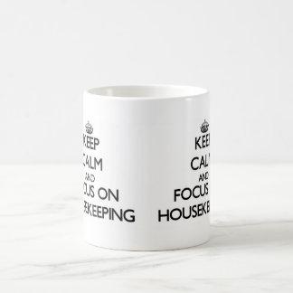 Guarde la calma y el foco en economía doméstica taza básica blanca