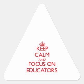 Guarde la calma y el foco en EDUCADORES Pegatina Triangular
