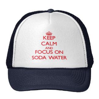 Guarde la calma y el foco en el agua de soda gorros bordados