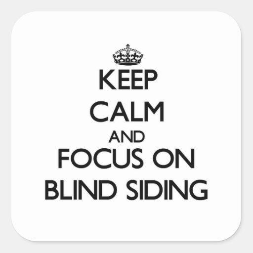 Guarde la calma y el foco en el apartadero ciego calcomanías cuadradases
