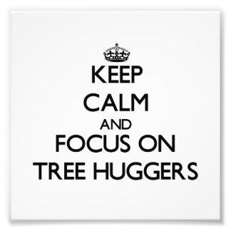 Guarde la calma y el foco en el árbol Huggers Impresion Fotografica