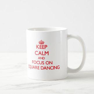 Guarde la calma y el foco en el baile cuadrado taza básica blanca
