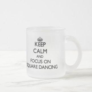 Guarde la calma y el foco en el baile cuadrado taza de café esmerilada