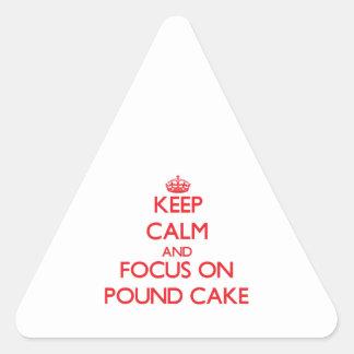 Guarde la calma y el foco en el bizcocho pegatina triangular