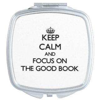 Guarde la calma y el foco en el buen libro espejos compactos