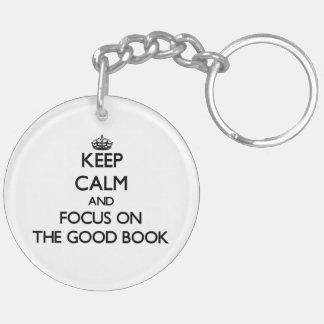 Guarde la calma y el foco en el buen libro llavero redondo acrílico a doble cara