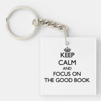 Guarde la calma y el foco en el buen libro llavero cuadrado acrílico a una cara