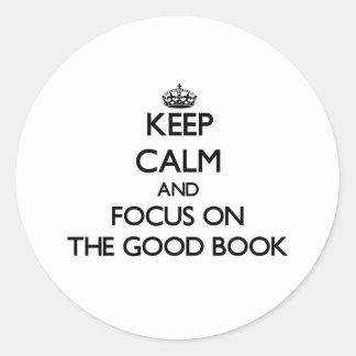 Guarde la calma y el foco en el buen libro etiqueta redonda