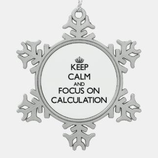 Guarde la calma y el foco en el cálculo adorno de peltre en forma de copo de nieve