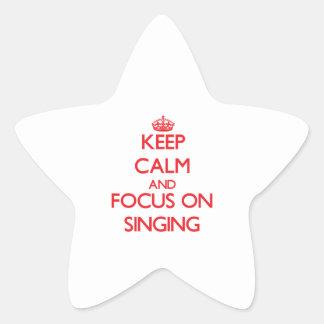 Guarde la calma y el foco en el canto calcomanía forma de estrellae