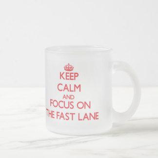 Guarde la calma y el foco en el carril rápido tazas de café
