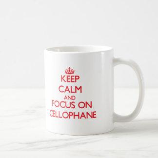 Guarde la calma y el foco en el celofán tazas
