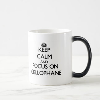 Guarde la calma y el foco en el celofán taza
