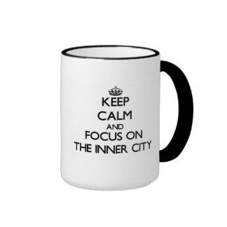 Guarde la calma y el foco en el centro urbano taza
