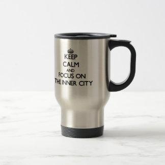 Guarde la calma y el foco en el centro urbano tazas de café