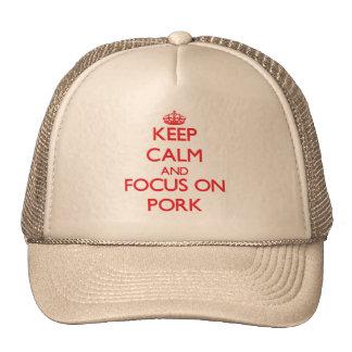 Guarde la calma y el foco en el cerdo gorros
