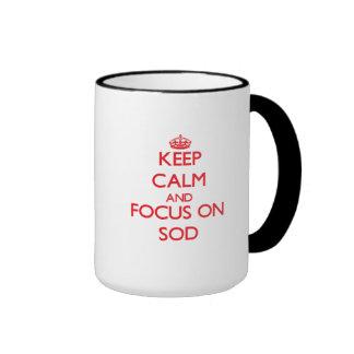 Guarde la calma y el foco en el césped tazas de café