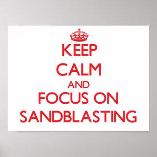 Guarde la calma y el foco en el chorreo de arena posters