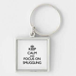 Guarde la calma y el foco en el contrabando llaveros personalizados