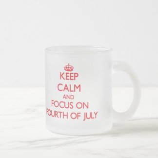 Guarde la calma y el foco en el cuarto de julio taza
