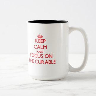 Guarde la calma y el foco en el curable taza dos tonos