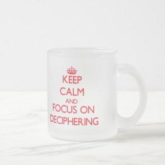 Guarde la calma y el foco en el desciframiento taza de café