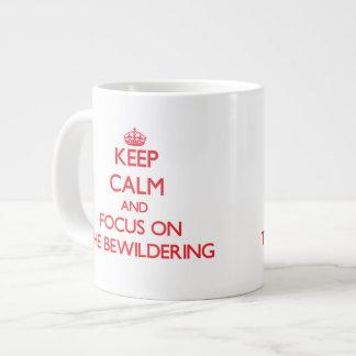 Guarde la calma y el foco en el desconcertar taza grande